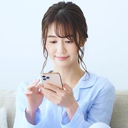 スマートフォンを触っている女性の写真
